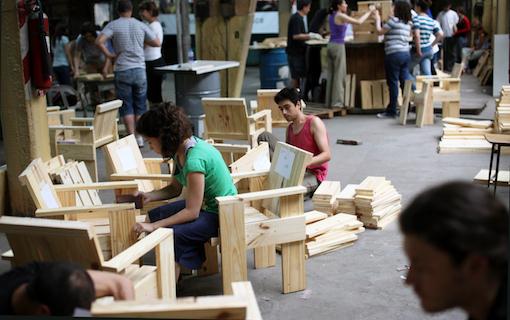 Zitten is een werkwoord / Sentarse es una acción / Sitting is a verb, 2010 - present